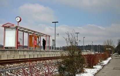 Einsamer Fahrgast an einer Bahnstation