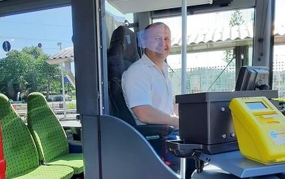 Ausgerüstet mit Trennschutzvorrichtung ist der Verkauf von Fahrkarten im Bus wieder möglich.