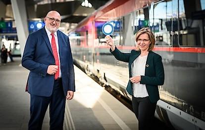 Klimaschutzministerin Leonore Gewessler und ÖBB-Vorstandsvorsitzender Andreas Matthä vor einem Railjet am Wiener Hauptbahnhof