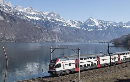 Zug in der Schweiz vor Berg und See