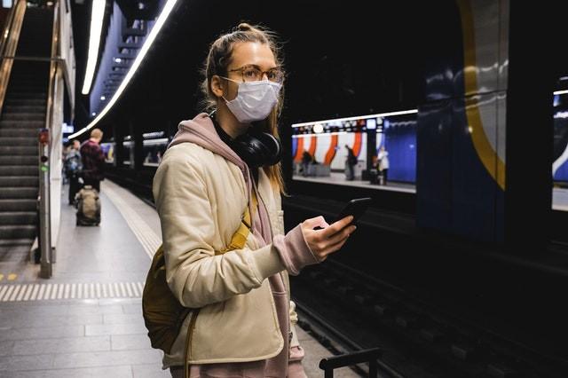 Frau in der U-Bahn Station