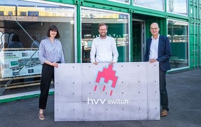 Von links nach rechts: Christina Becker, Marketingleitung HOCHBAHN, Mobilitätswendesenator Dr. Anjes Tjraks, HVV-Geschäftsführer Dietrich Hartmann.