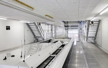Für die Reparatur von Hochvolt-Batterien ist über der Werkstatt, vom Dacharbeitsplatz erreichbar, ein Podest mit einer Fläche von 105 m² vorhanden.