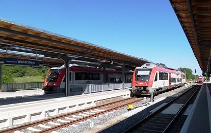 Die Bahnsteige des Bahnhofs Groß-Umstadt Wiebelsbach mit einem auf Gleis 1 Richtung Hanau ausfahrenden Itino