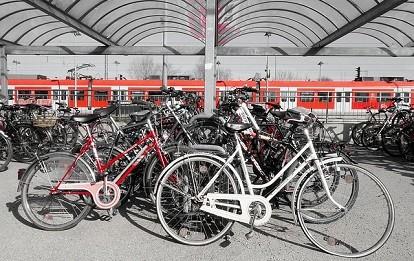 Fahrräder am Bahnhof abgestellt