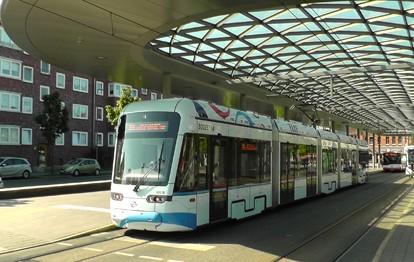 Straßenbahn und Bus am Bahnhof