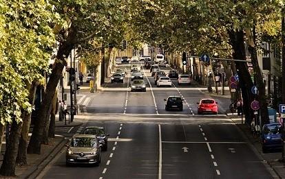 Autoverkehr auf Stadtstraße.