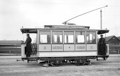 Einer der ersten elektrischen Triebwagen auf der Linie Färbergraben – Isartalbahnhof in der Schäftlarnstraße (1895).