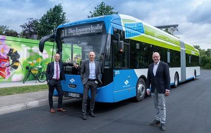 Auf Jungfernfahrt mit Münsters erstem elektrischen Gelenkbus (v. r.): Oberbürgermeister Markus Lewe und die Stadtwerke-Geschäftsführer Frank Gäfgen und Sebastian Jurczyk.