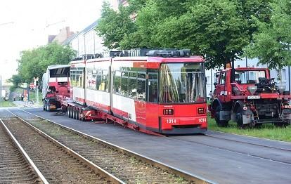 Die letzte von 14 dreiteiligen Straßenbahnen der VAG Verkehrs-Aktiengesellschaft Nürnberg ist nach einer grundlegenden Modernisierung zurück.