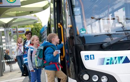 Kinder am Bus