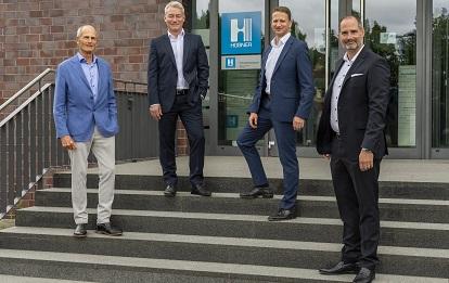 Gerald Steinhoff (2. v. li) ist neuer Geschäftsführer bei HÜBNER und wird mit den Geschäftsführern Helge Förster (rechts) und Ingolf Cedra (2. v. r.) sowie dem Beiratsvorsitzenden und Inhaber Reinhard Hübner die Weiterentwicklung des Unternehmens vorantreiben.