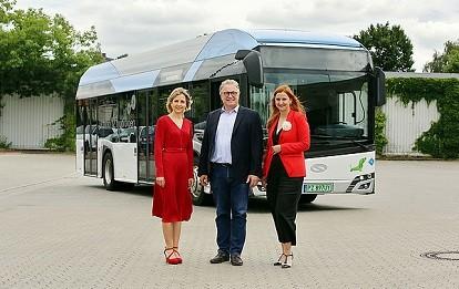 Elke van Zadel, Hauke Jagau und Denise Hain präsentieren den Wasserstoffbus, der von ÜSTRA und regiobus getestet wird. (Foto: Florian Arp)