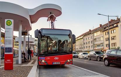 Urbino 12 electric an Ladestation