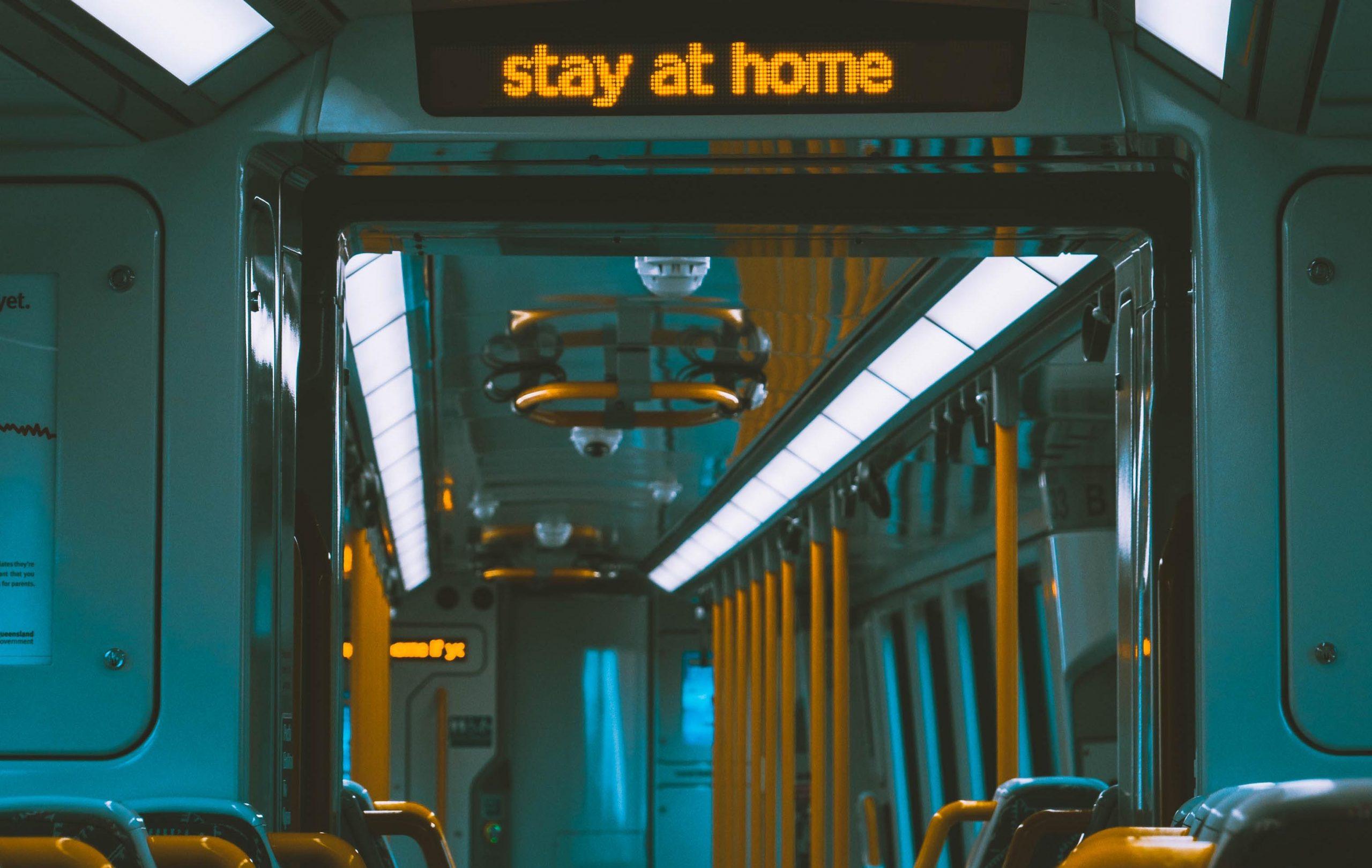 stay at home schild im bus