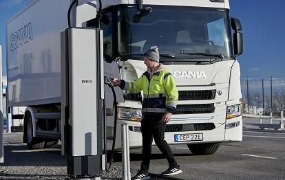 EVBox Ultroniq lädt Scania's elektrischen LKW (Bild: Scania)