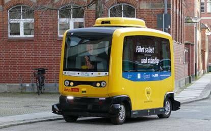 Die Bundesregierung will Fahrzeuge, die selbstständig Waren von der Produktion zum Güterverteilzentrum bringen. Genauso wie autonome Autos und Busse, die Fahrgäste sicher und bedarfsgenau transportieren.