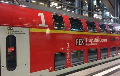 Der Flughafenexpress (FEX) von Berlin zum BER ist momentan relativ leer. Der Fahrgastverband Pro Bahn Berlin-Brandenburg hat deshalb gefordert, den FEX einzustellen, bis es wieder genug Nachfrage gibt.