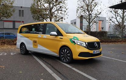 Der wesentliche Unterschied des EQV gegenüber konventionell angetriebenen Fahrzeugen liegt im lokal emissionsfreien Antrieb. Mit einer Reichweite von bis zu 418 Kilometern und Komfort erfüllt er die Anforderungen des On-Demand-Verkehrs bei SSB Flex.