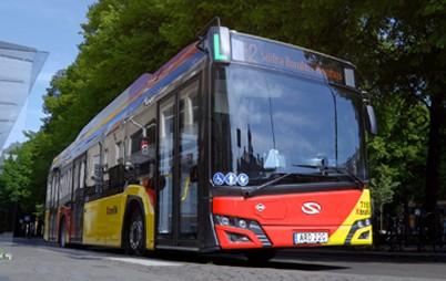 Die Urbino 12 hydrogen, die in Kürze auf die schwedischen Straßen kommen, sind leise und emissionsfreie Fahrzeuge, die mit der im 70 kW starken Brennstoffzellenmodul erzeugten Energie versorgt werden. Die bestellten Fahrzeuge werden darüber hinaus mit Solaris High Power-Batterie ausgerüstet, die als ein zusätzlicher Energiespeicher dient.
