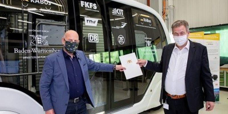Verkehrsminister Winfried Hermann und Prof. Dr. Hans-Christian Reuss (FKFS). Bild: RABus/Uli Regenscheit
