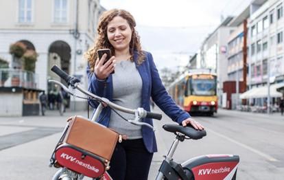 Frau mit KVV.nextbike und App