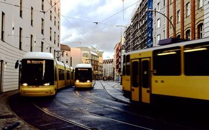 Die Die Berliner Verkehrsbetriebe (BVG) erneuern ihre Straßenbahnflotte. Nachdem die vergaberechtliche Wartefrist abgelaufen ist, hat das Unternehmen am 15. Dezember 2020 den Zuschlag für die Beschaffung von bis zu 117 neuen Zweirichtungsfahrzeugen erteilt. Der Auftrag ging an den Schienenfahrzeughersteller Bombardier.