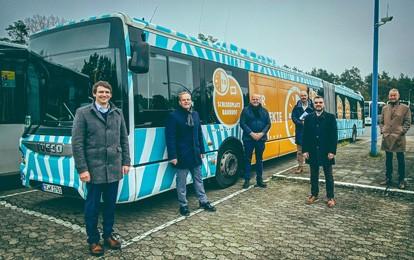 Bis Ende 2024 frischen die Unternehmen der Busgruppe um KVG Stade, CeBus und Verkehrsbetriebe Bachstein ihren Fuhrpark wieder mit Bussen von IVECO auf. Dies besiegelt wie auch schon in den vergangen drei Jahren ein Rahmenvertrag zum Kauf von insgesamt 200 IVECO Bussen, den Ende November die Unternehmensvertreter unterzeichneten.