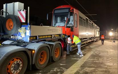 Der erste von insgesamt 20 modernen Hochflur-Stadtbahnwagen ist in der Nacht auf Freitag (11.12.2020) in Köln eingetroffen. Das Fahrzeug wurde mit einem Tieflader aus Bautzen über Eisenhüttenstadt in die Hauptwerkstatt der Kölner Verkehrs-Betriebe (KV)B in Weidenpesch gebracht.