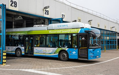 Bereits seit 2015 fahren in Münster Elektrobusse, hauptsächlich auf den Linien 11 und 14. Sie laden ihre Batterien an der Endhaltestelle regelmäßig mit Ökostrom auf. Nun setzen die Stadtwerke auch den ersten Elektrobus mit Wasserstofftank und Brennstoffzelle ein.
