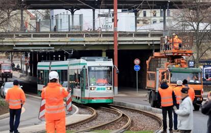Die Magdeburger Verkehrsbetriebe GmbH & Co. KG (MVB) nimmt die Neubaustrecke Warschauer Straße – Raiffeisenstraße in Betrieb. Die neue Straßenbahntrasse schließt eine Lücke im Magdeburger Straßenbahnnetz und verbindet die bestehenden Strecken in der Leipziger Straße und in der Schönebecker Straße miteinander.