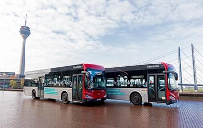 Die ersten vom Land Nordrhein-Westfalen geförderten batterieelektrischen Busse der neuen Generation fahren durch Düsseldorf und tragen zur Verbesserung der Luftqualität und zur Reduzierung des Verkehrslärms bei.