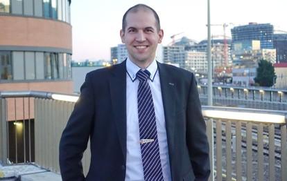 """Nikolaus Panzera hat die HTL (Maschinenbau-Fahrzeugtechnik) absolviert, war als Buslenker unterwegs und hat """"Eisenbahn-Infrastrukturtechnik"""" studiert. Seit 2012 ist er in verschiedenen Funktionen im Bereich U-Bahn-Betrieb tätig."""