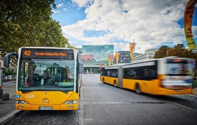 """Seit September läuft beim Verkehrs- und Tarifverbund Stuttgart (VVS) ein Pilotprojekt bei dem die technische Machbarkeit eines Check-in-Check-out-Systems per Smartphone auf Herz und Nieren getestet wird. Möglich ist das mit der App des Schweizer Partners """"Fairtiq""""."""