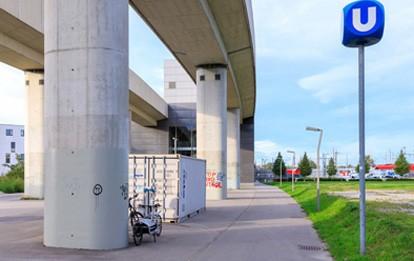 RemiHub ist ein Forschungsprojekt der tbw research und der TU Wien gemeinsam mit den Wiener Linien und Heavy Pedals. Es untersucht, wie zentrale Öffi-Flächen künftig für die städtische Paketzustellung genutzt werden können.