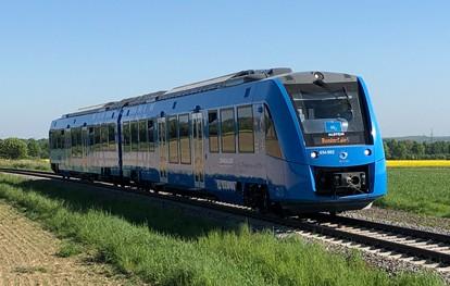 """Ab 2022 sollen in Niedersachsen 14 Triebzüge, die mit Wasserstoff statt Diesel angetrieben werden, im Regelbetrieb fahren. Der Verband der europäischen Eisenbahnindustrie (The European Rail Supply Industry Association, UNIFE) zeichnet das wegweisende Projekt jetzt mit seinem """"European Railway Award"""" 2021 aus."""