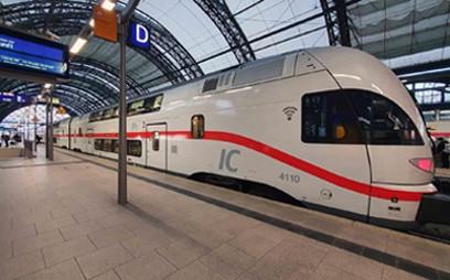 Stadler rüstet im Auftrag der Deutschen Bahn 17 KISS-Doppelstockfahrzeuge um. Zu dem Upgrade zählen neben erweiterten digitalen Services, Anpassungen im Innenraum und des Zugsicherungssystems auf ETCS Baseline 3 auch der Erhalt der Genehmigung für den Verkehr der Fahrzeuge in die Schweiz.
