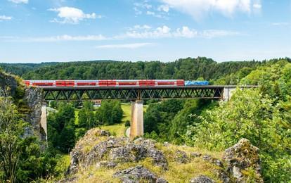 Die Zufriedenheit mit dem Schienenpersonennahverkehr in Bayern erreichte 2020 neue Höchstwerte. Dagegen sank die Nutzung von Regionalzügen und S-Bahnen wegen der Corona-Pandemie deutlich.