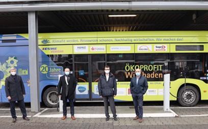 21 neue Batteriebusse sowie 56 stationäre Ladesäulen sind auf dem Omnibushof der ESWE Verkehr GmbH in der Gartenfeldstraße in Betrieb genommen worden. Die bisherigen zehn Batteriebusse werden nun von 21 weiteren Fahrzeugen vom Typ eCitaro aus dem Hause Mercedes Benz ergänzt.