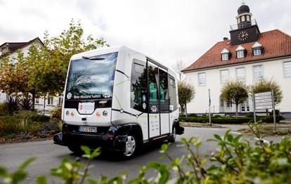 Um das große Potenzial des autonomen und vernetzten Fahrens optimal zu nutzen, will die Bundesregierung die Forschung und Entwicklung vorantreiben und damit die Mobilität der Zukunft vielseitiger, sicherer, umweltfreundlicher und nutzerorientierter gestalten.