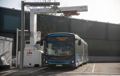 Osnabrück ist derzeit Tummelplatz unterschiedlicher E-Busse. Hintergrund ist die Teilnahme der Stadtwerke am übergreifenden EU-Projekt ASSURED: Dabei wird getestet, wie intelligente Ladelösungen für unterschiedliche E-Nutzfahrzeuge funktionieren können.