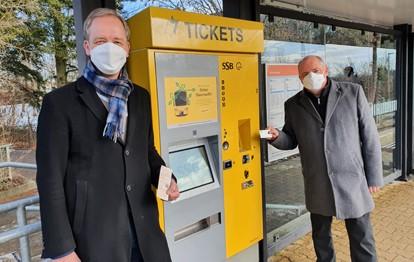 An vier Standorten können die Kunden der Stuttgarter Straßenbahnen AG (SSB) sich künftig mit den ersten neuen Ticketautomaten vertraut machen: In der Klettpassage, an den Haltestellen SSB-Zentrum und Vaihingen Bahnhof sowie an der Bushaltestelle Plieningen Post. Der erste neue Automat an der Haltestelle SSB-Zentrum wurde jetzt in Betrieb genommen.