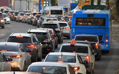 Der durch die Corona-Pandemie befeuerte Trend hin zur individuellen Mobilität setzt sich weiter fort: 87 Prozent der Verbraucher weltweit bevorzugen die Nutzung eines eigenen Fahrzeugs, um sicher unterwegs zu sein – am Anfang der Pandemie im April 2020 waren es 57 Prozent.