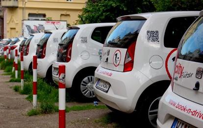 Die Folgen der Covid-19-Pandemie haben sich auch auf das CarSharing in Deutschland ausgewirkt. Der allgemeine Rückgang der Mobilität während der beiden Lockdowns hat bei den CarSharing-Anbietern zu teilweise erheblichen Buchungs- und Umsatzrückgängen geführt. Dennoch kann die Branche eine insgesamt positive Bilanz ziehen.