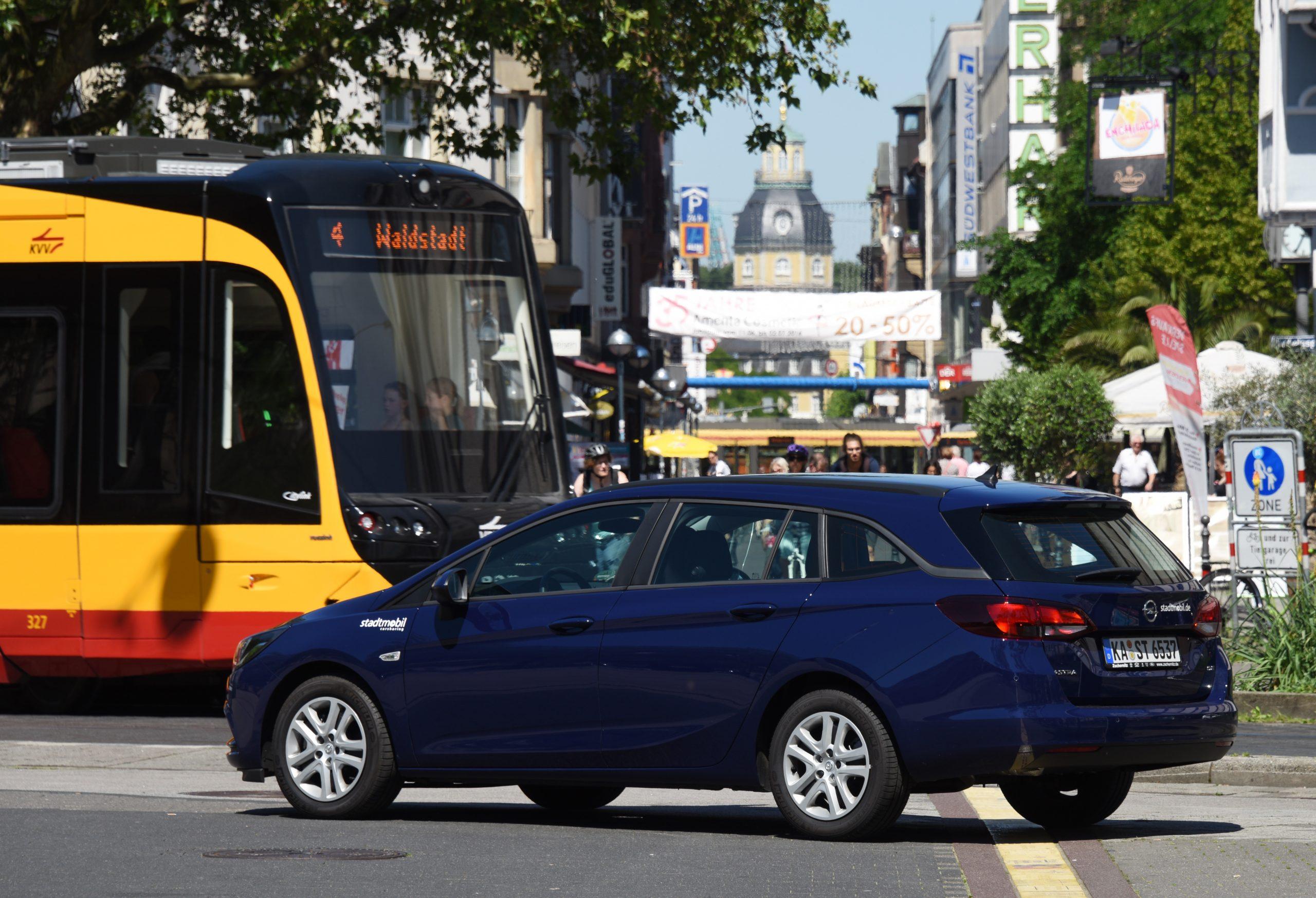 Stationäres Carsharing spart Platz, Geld und CO2. Doch die Vorteile von Gemeinschaftsautos nutzen bislang hauptsächlich Menschen in den Städten. Das möchte das Zukunftsnetz Mobilität NRW ändern, denn gerade in ländlichen Gebieten sind die Strecken lang und andere Verkehrsmittel mitunter rar.
