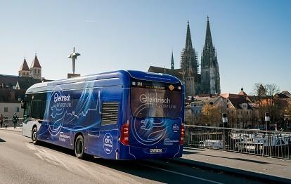 Durch die Aufrüstung des Regensburger Busdepots mit Lade- und Energieverteilungstechnik von Siemens können dort künftig 22 neue Elektrobusse mit je 150 kW geladen werden (Bild: das stadtwerk Regensburg / Simon Gehr )