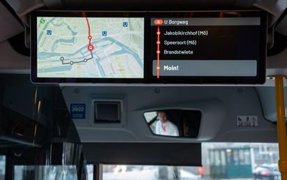 Für eine einheitliche Kundeninformation startet die Hamburger Hochbahn AG (HOCHBAHN) in dieser Woche die Nachrüstung von rund 700 Bussen mit einem neuen Fahrgastinformationssystem auf Doppelmonitoren.