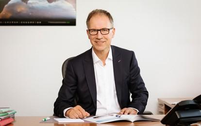 Dr. Norbert Reinkober, Geschäftsführer der Nahverkehr Rheinland GmbH (NVR) und der Verkehrsverbund Rhein-Sieg GmbH (VRS), ist neuer Vorsitzender des Netzbeirats der DB Netz AG. Die vom Präsidenten des Eisenbahn-Bundesamtes, Gerald Hörster, ernannten Mitglieder des Gremiums wählten den Rheinländer bei der virtuellen konstituierenden Sitzung zum Vorsitzenden.