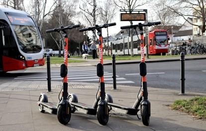 Die Kölner Verkehrs-Betriebe (KVB) und der Sharing-Anbieter Spin (Köln) haben eine Kooperation geschlossen und erweitern den Kölner Umweltverbund. Die orangenen E-Scooter, die Spin in Köln anbietet, finden sich ab sofort in der KVB-App.