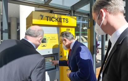 An der Bushaltestelle Rathaus haben die Stuttgarter Straßenbahnen am 30. März 2021 den ersten regulären von insgesamt etwa 380 Fahrausweisautomaten ersetzt. Oberbürgermeister Dr. Frank Nopper hat sich den neuen Automaten unweit des Rathauses nach der Montage gemeinsam mit den SSB-Vorständen angesehen.